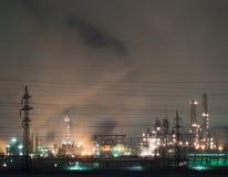 Raffinerie la nuit Photo libre de droits