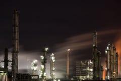 Raffinerie la nuit Photos stock