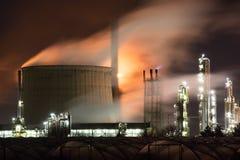 Raffinerie la nuit Photographie stock libre de droits