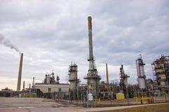 Raffinerie mit Rauch-Stapeln Stockfotos
