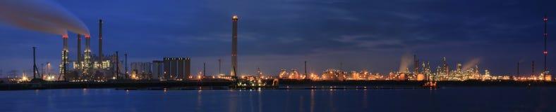 Raffinerie am Nachtpanorama Lizenzfreie Stockfotografie