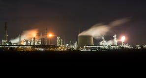 Raffinerie nachts Stockbilder