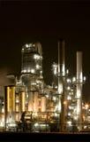 Raffinerie nachts Stockbild