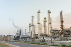 Raffinerie o stabilimenti chimici di petrolio ad alba nel Texas, U.S.A. immagini stock