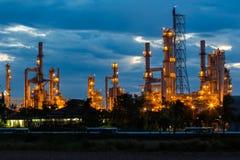 Raffinerie pendant le matin Images stock