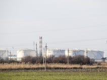 raffinerie Réservoirs pour le stockage des produits de raffinerie Colonnes de rectification images libres de droits