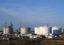 raffinerie Réservoirs pour le stockage des produits de raffinerie Colonnes de rectification photographie stock