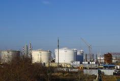 raffinerie Réservoirs pour le stockage des produits de raffinerie Colonnes de rectification photographie stock libre de droits