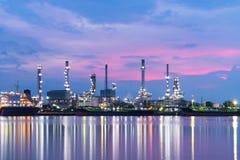 Raffinerie am Sonnenaufganghintergrund Lizenzfreie Stockfotos