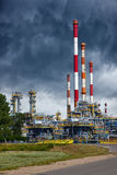 Raffinerie sous le ciel dramatique Photographie stock libre de droits
