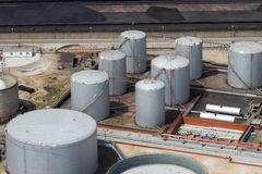 Raffinerie-Speicher Lizenzfreie Stockfotos
