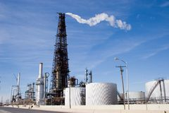 Raffineriekontrollturm 2 lizenzfreie stockfotos