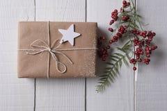 Raffinez le cadeau de Noël enveloppé avec une étiquette de cadeau d'étoile Images stock