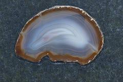 Raffinierter Achat auf Steinoberfläche Stockfoto