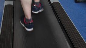 Rafforzamento dei muscoli della gamba camminando Primo piano Cardio carico Un uomo si prepara su una pedana mobile Camminando in  video d archivio