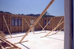 Rafforzi la casa con legname incorniciata in costruzione Immagine Stock