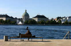 Raffreddando all'opera di Copenhaghen Immagine Stock