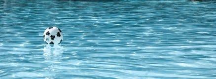 Raffreddando nell'acqua Fotografia Stock Libera da Diritti
