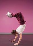 Raffreddi il ballerino della rottura che fa il verticale Immagini Stock Libere da Diritti