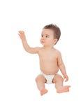 Raffreddi il piccolo fare da baby-sitter sul pavimento con il pannolino Fotografie Stock