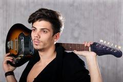 Raffreddi l'uomo con la chitarra elettrica Immagini Stock Libere da Diritti