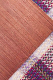 被编织的野餐毯子和rafia placemat仿造了背景 图库摄影