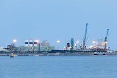 Rafineria iluminująca przy półmrokiem Fotografia Royalty Free