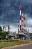 Rafineria pod dramatycznym niebem Fotografia Royalty Free