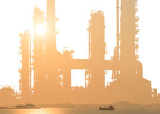 Rafineria ropy naftowej na białym tle z dennym zmierzchem Obrazy Royalty Free