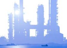 Rafineria ropy naftowej na białym tle z dennym zmierzchem Obraz Stock