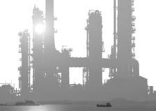 Rafineria ropy naftowej odizolowywająca na białym tle z dennym zmierzchem Obrazy Stock
