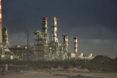 Rafineria ropy naftowej przeciw dramatycznemu niebu Zdjęcie Royalty Free