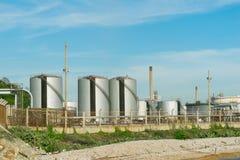 Rafineria ropy naftowej przemysł z niebieskiego nieba tłem Zdjęcia Royalty Free
