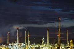 Rafineria ropy naftowej przemysł, rafineria ropy naftowej przy zmierzchem Fotografia Royalty Free