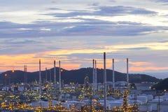 Rafineria ropy naftowej przemysł, rafineria ropy naftowej przy zmierzchem Zdjęcia Royalty Free