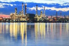 Rafineria ropy naftowej przy zmierzchem Obraz Royalty Free