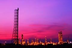 Rafineria ropy naftowej przy zmierzchem Obraz Stock