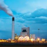 Rafineria ropy naftowej z dymieniem przy zmierzchem Rafineria ropy naftowej w Rotterdam Obrazy Royalty Free