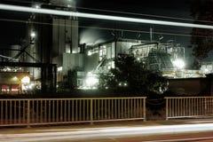 Rafineria ropy naftowej z wodnym opary w Mannheim, Niemcy, petrochemicznego przemysłu nocy sceny złomu noc fotografia royalty free