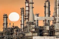 Rafineria ropy naftowej z zmierzchem Fotografia Royalty Free