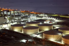 Rafineria składowi zbiorniki przy nocą Obrazy Stock
