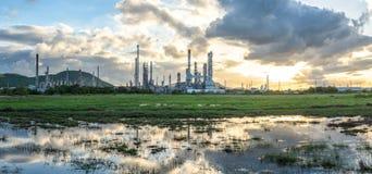 Rafineria w ranku wschodzie słońca Zdjęcie Royalty Free