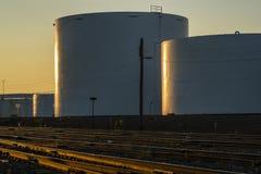 Rafineria zbiorniki przy zmierzchem Obrazy Stock