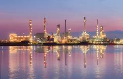 Rafinerii przemysłowa roślina przy zmierzchem w Bangkok, Tajlandia Obrazy Royalty Free