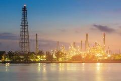 Rafinerii ropy naftowej elektrowni wody przód Zdjęcia Royalty Free