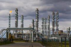 Rafinerii Ropy Naftowej fabryka przy chmurnym niebem, zakład petrochemiczny, zdjęcia royalty free