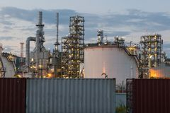 Rafinerii Ropy Naftowej fabryka w wieczór, ropa naftowa, zakład petrochemiczny Zdjęcia Royalty Free