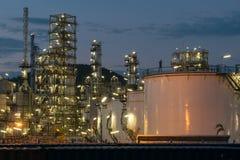 Rafinerii Ropy Naftowej fabryka w wieczór, ropa naftowa, zakład petrochemiczny Fotografia Royalty Free