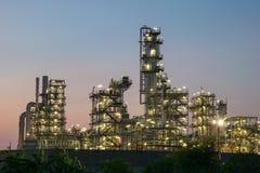 Rafinerii Ropy Naftowej fabryka w wieczór, ropa naftowa, zakład petrochemiczny Fotografia Stock