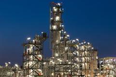 Rafinerii Ropy Naftowej fabryka w wieczór, ropa naftowa, zakład petrochemiczny Zdjęcie Royalty Free